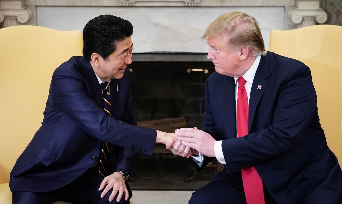 周五(4月26日)下午,美國總統特朗普在白宮接待日本首相安倍晉三(Shinzo Abe)。(PMANDEL NGAN/AFP)