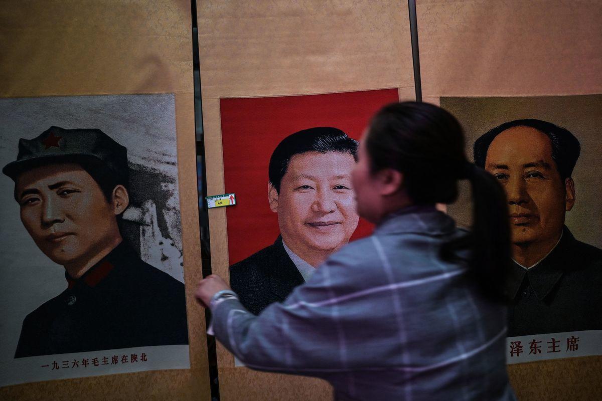 2021年5月10日,陝西省延安市東方紅劇院,一名商家在售賣中國國家主席習近平的畫像,旁邊是前黨魁毛澤東的照片。(HECTOR RETAMAL/AFP via Getty Images)