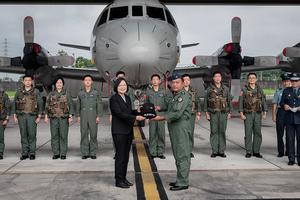 蔡英文:空軍為國安構築一道銅牆鐵壁屏障