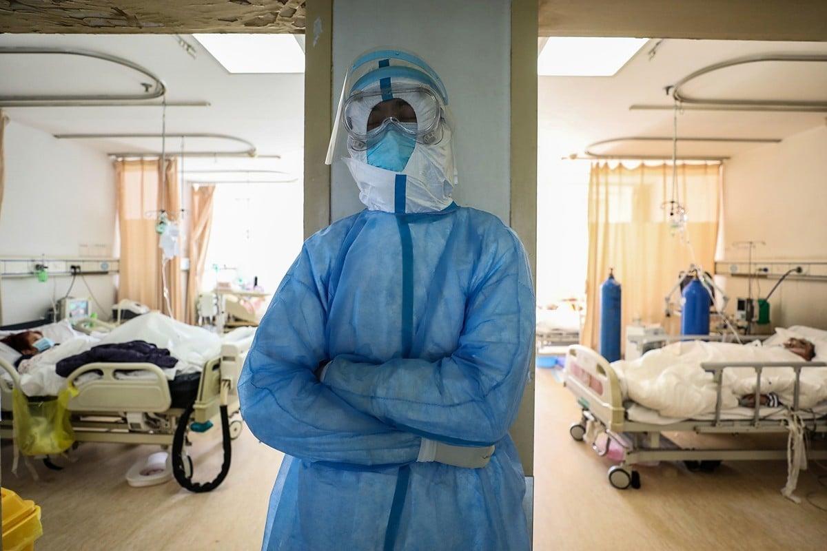 武漢一醫護人員。(STR/AFP via Getty Images)