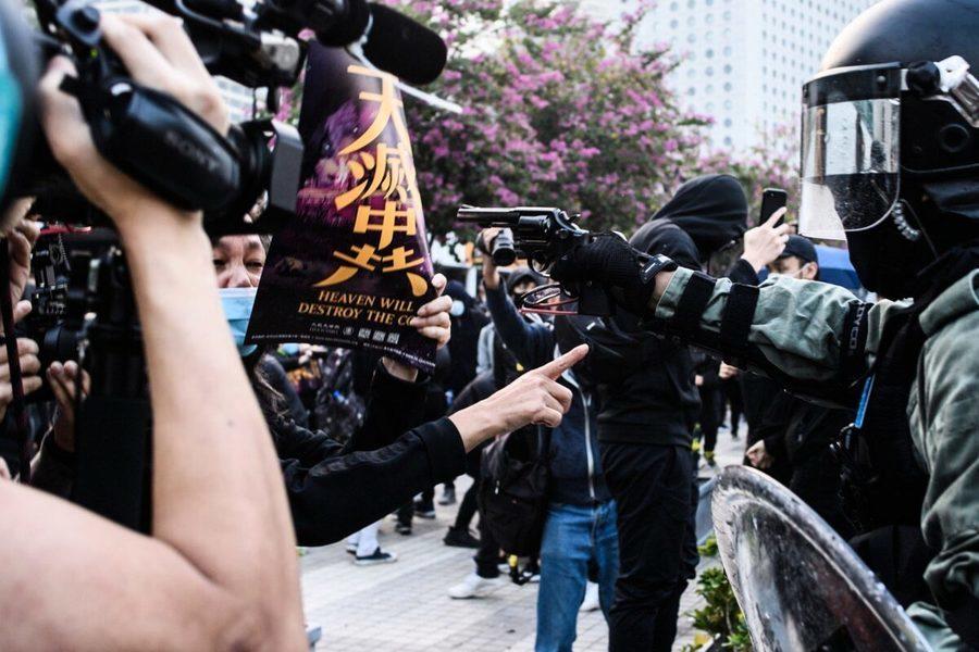 王友群:香港人冒死舉「天滅中共」標語抗議
