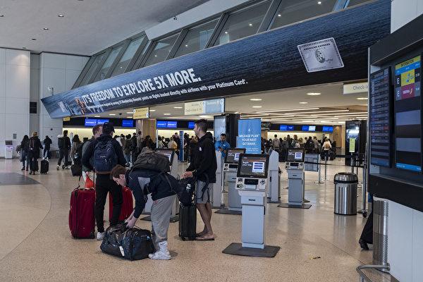 美國國務院3月19日提高旅行警告,建議美國公民不要出國旅行,並敦促海外美國人立即返國。圖為2020年3月15日紐約甘迺迪機場第7航廈。(Photo by Johannes EISELE / AFP)