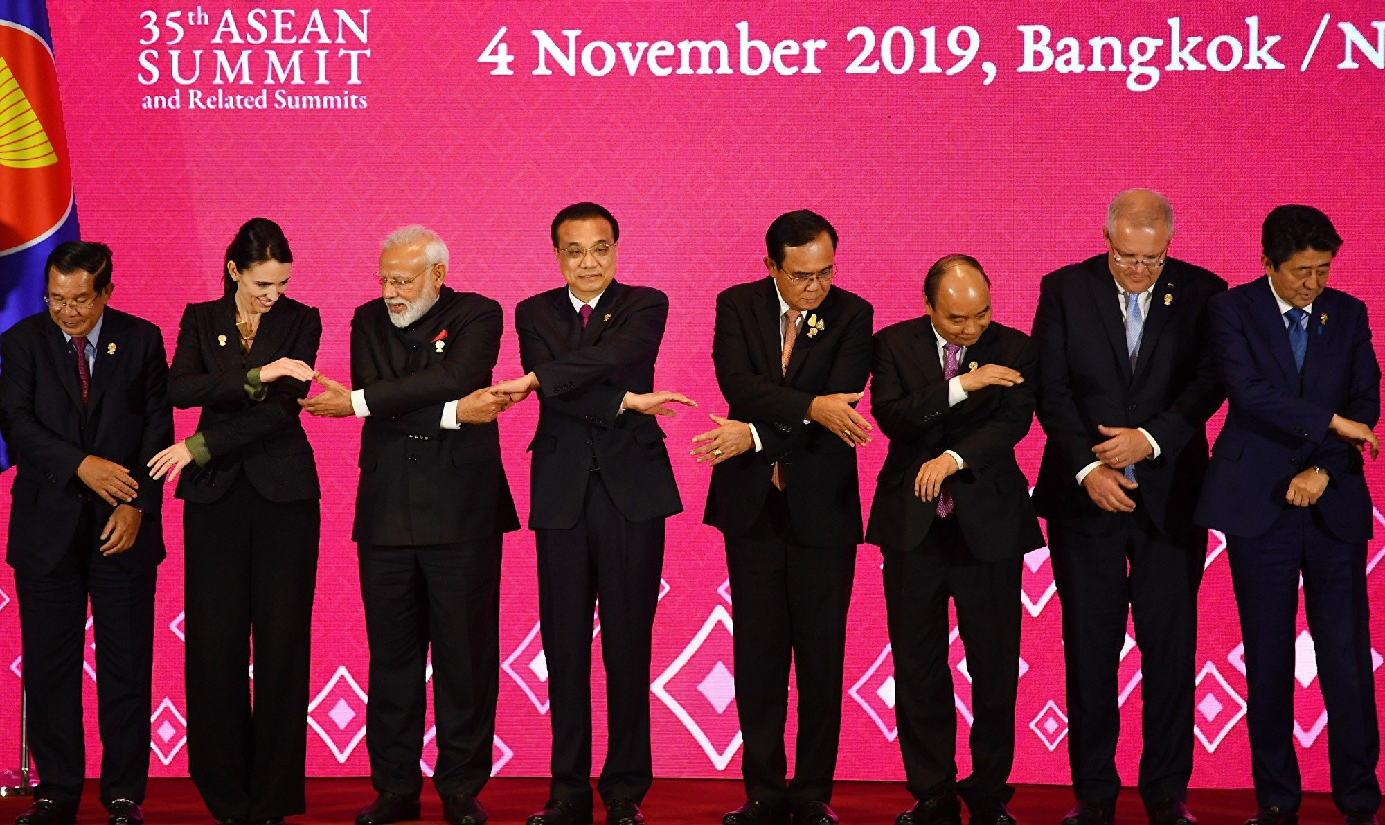 在中美關稅戰的大背景下,印度擔憂,一旦放開國內市場,龐大的剩餘中國出口將蜂擁而至,對國內產業造成致命衝擊。圖為曼谷2019年11月4日的第三屆區域全面經濟夥伴關係協定會議,多國領導人與會。(MANAN VATSYAYANA/AFP via Getty Images)