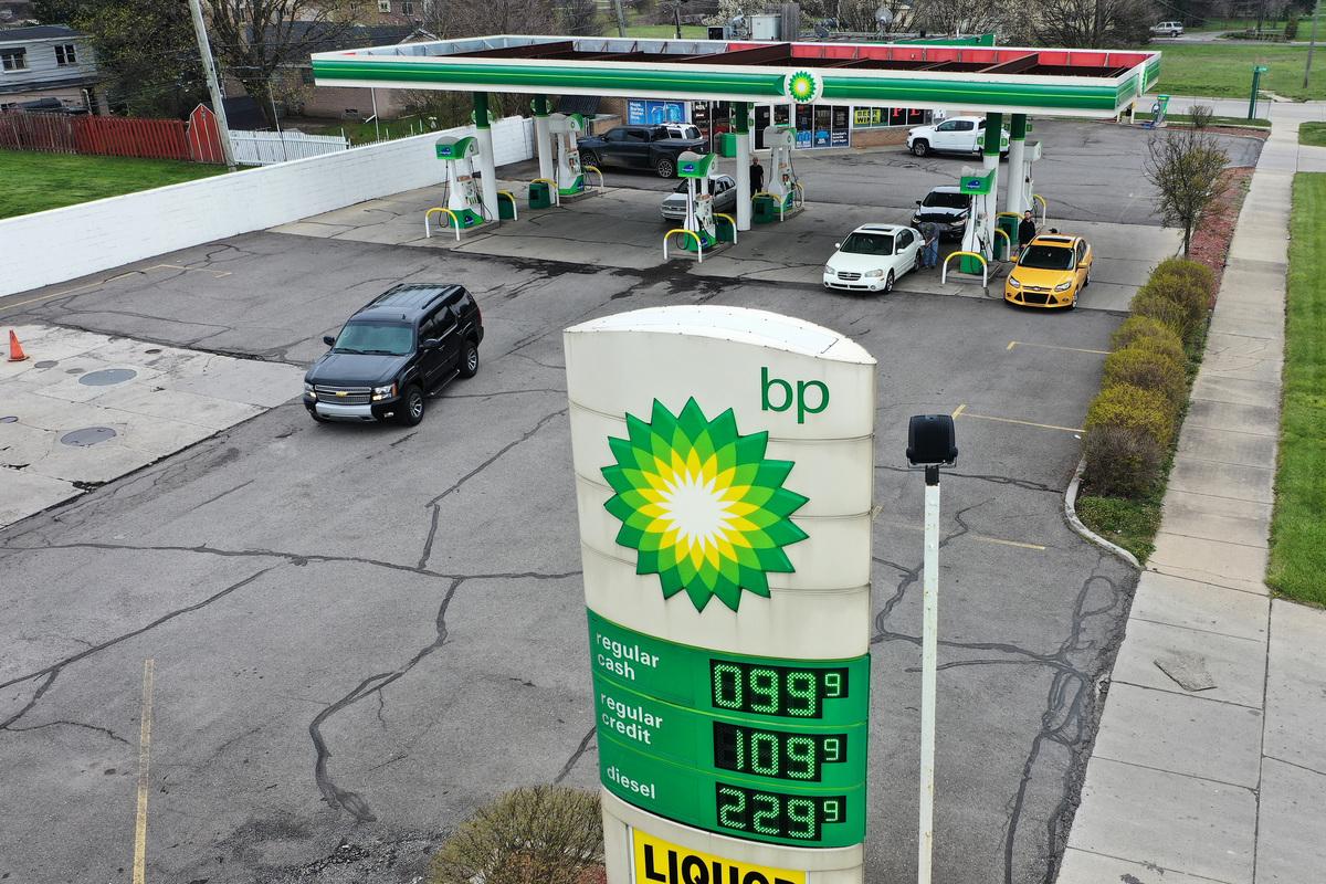 受疫情影響,全球石油需求下降。英國石油公司(BP)周一宣佈將裁員一萬人,預計有1/7的員工將在年底前離開。圖為BP加油站。(Gregory Shamus/Getty Images)