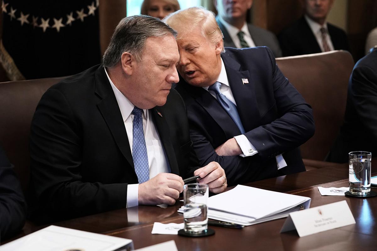美國國務卿蓬佩奧在8月2日抨擊中共「幾十年來素行不良」,妨礙了自由貿易的運作。圖為2019年7月16日,蓬佩奧(左)與總統特朗普在白宮舉行的內閣會議上交談。(Chip Somodevilla/Getty Images)