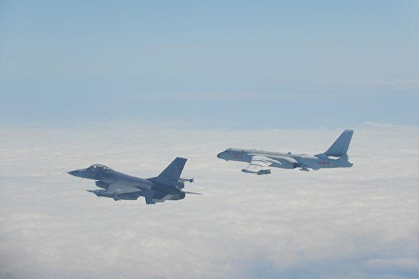 圖為2020年2月9日中共軍機越過台海中線,中華民國國軍F-16戰機(左)緊急起飛監控伴飛。(中華民國國防部提供)