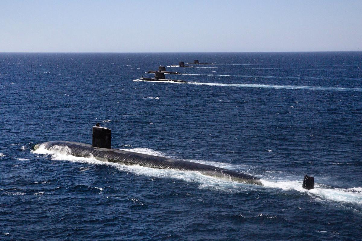 美國、英國及澳洲共組「AUKUS」印太安全防衛聯盟。分析指出,美軍力量藉此可直抵中共要害。圖為2019年2月18日,美軍洛杉磯級攻擊核潛艦聖大菲號(USS Santa Fe)與澳洲海軍編隊航行。(美國國防部網站)