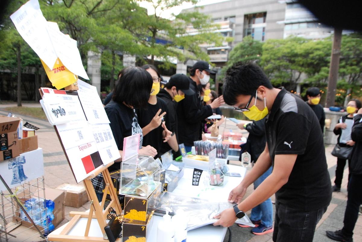 2021年8月31日晚,由香港青年統籌策劃、多倫多香港家長會及港加聯支持的集會活動在北約克市政廳廣場舉行,以紀念8.31太子站事件。(伊鈴/大紀元)