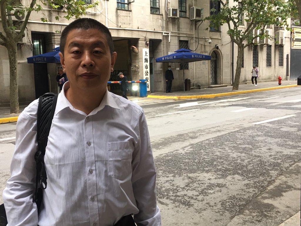 2020年10月16日,盧廷閣律師在上海閩行區看守所門口。(網絡截圖)