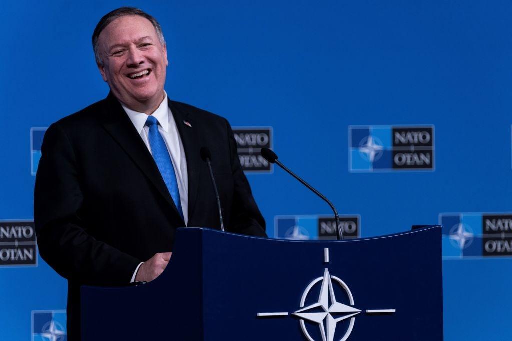 針對中共外交官員的邀請,美國國務卿蓬佩奧一針見血地指出,共產黨安排的參觀只不過是作秀和表演。圖為蓬佩奧。(KENZO TRIBOUILLARD/AFP via Getty Images)