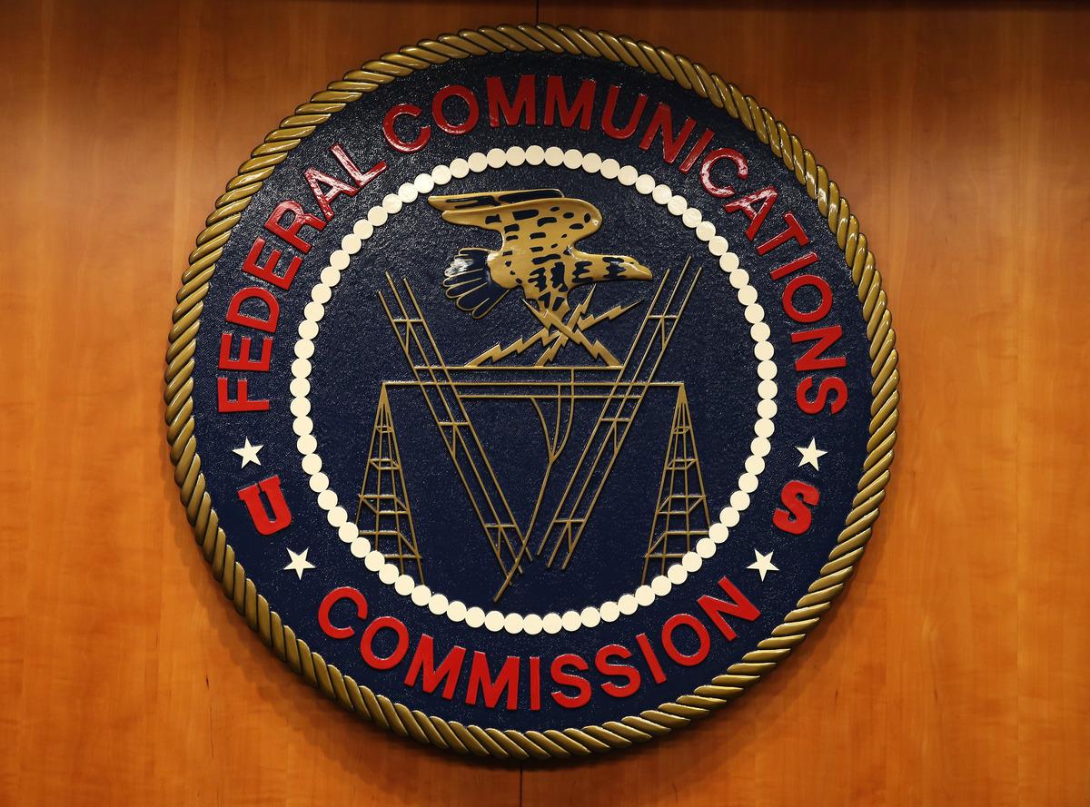 美國聯邦通信委員會(FCC)周一(6月22日)表示,將駁回一項跨境轉播申請,原因是製播節目的廣播工作室與廣播電台,實際上與中共政府密切相關。圖為FCC的徽章。(Mark Wilson/Getty Images)