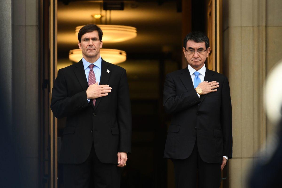 2020年1月14日,美國國防部長馬克.埃斯珀(Mark Esper)於在華盛頓特區歡迎日本防衛大臣河野太郎(Taro Kono)(右)造訪五角大樓。(Eric BARADAT / AFP)
