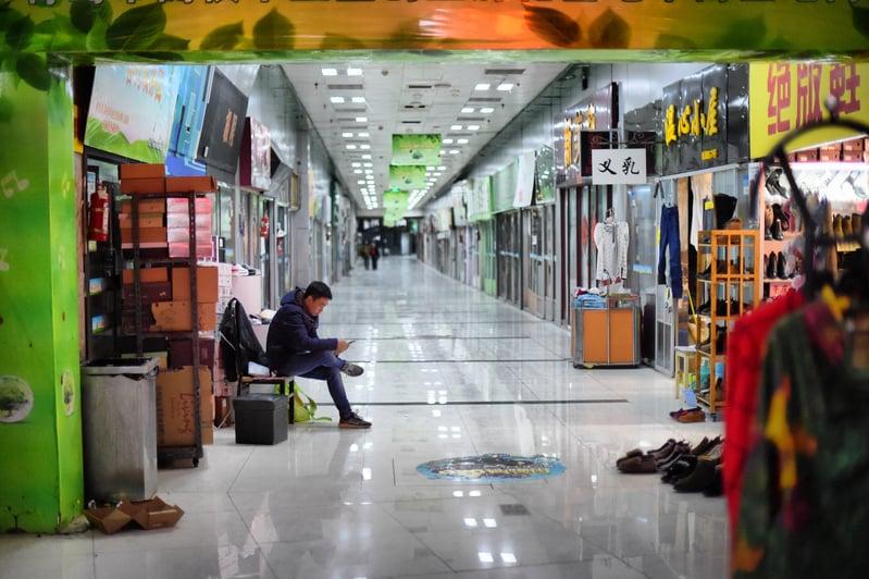 中國經濟增長速度降至27年來最低,加之受中美貿易戰及香港反送中運動的影響,中國經濟環境進一步惡化。大陸私企生存艱難,實體經濟陷於困境。圖為山東省青島市龍山地下商城生意蕭條。(大紀元資料室)