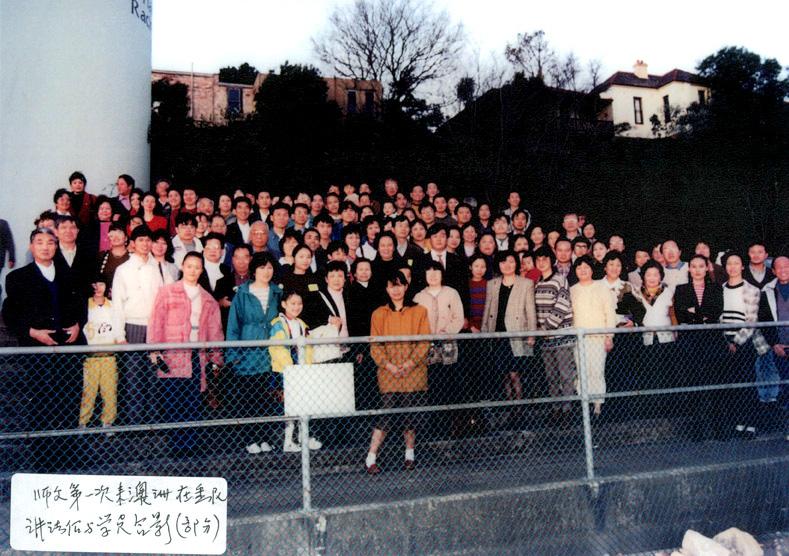 1996年8月,法輪功創始人李洪志先生首次蒞臨悉尼,與部份法輪功學員合照。(明慧網)
