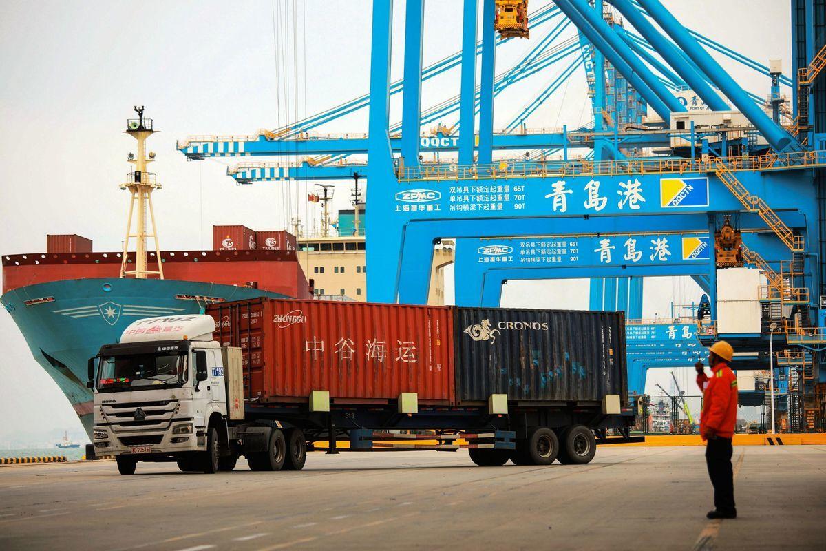中美貿易戰加劇,華盛頓計劃提高所有中國商品的關稅,加大對北京的壓力,以反制其不公平貿易行為。面對美方施壓,中共幾無避免自傷的反擊選項。圖為青島一港口。(STR/AFP/Getty Images)