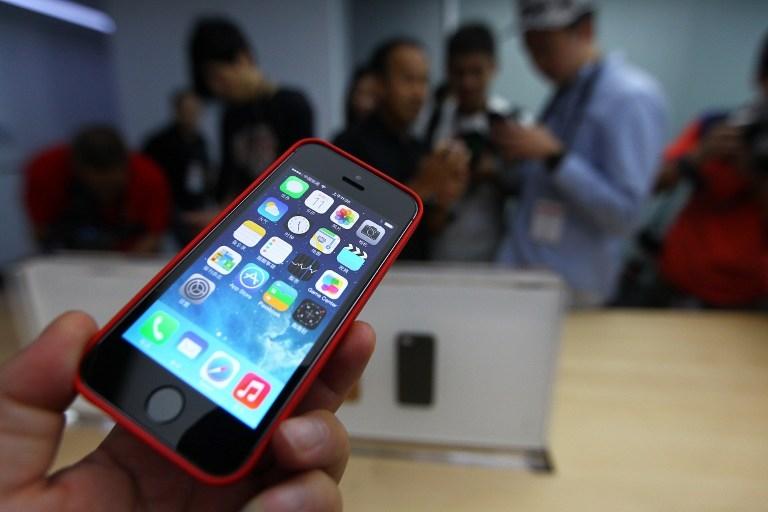 因中共施壓,蘋果在中國的App Store下架了一款Podcast軟件「Pocket Casts」,但Pocket Casts表示將堅持言論自由的原則。圖為蘋果新推出的iPhone手機。(Photo by STR / AFP)