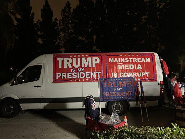 2020年12月27日晚,「為特朗普遊行」(March for Trump)巴士之旅在南加州數百名民眾的見證下,正式啟程。(姜琳達/大紀元)