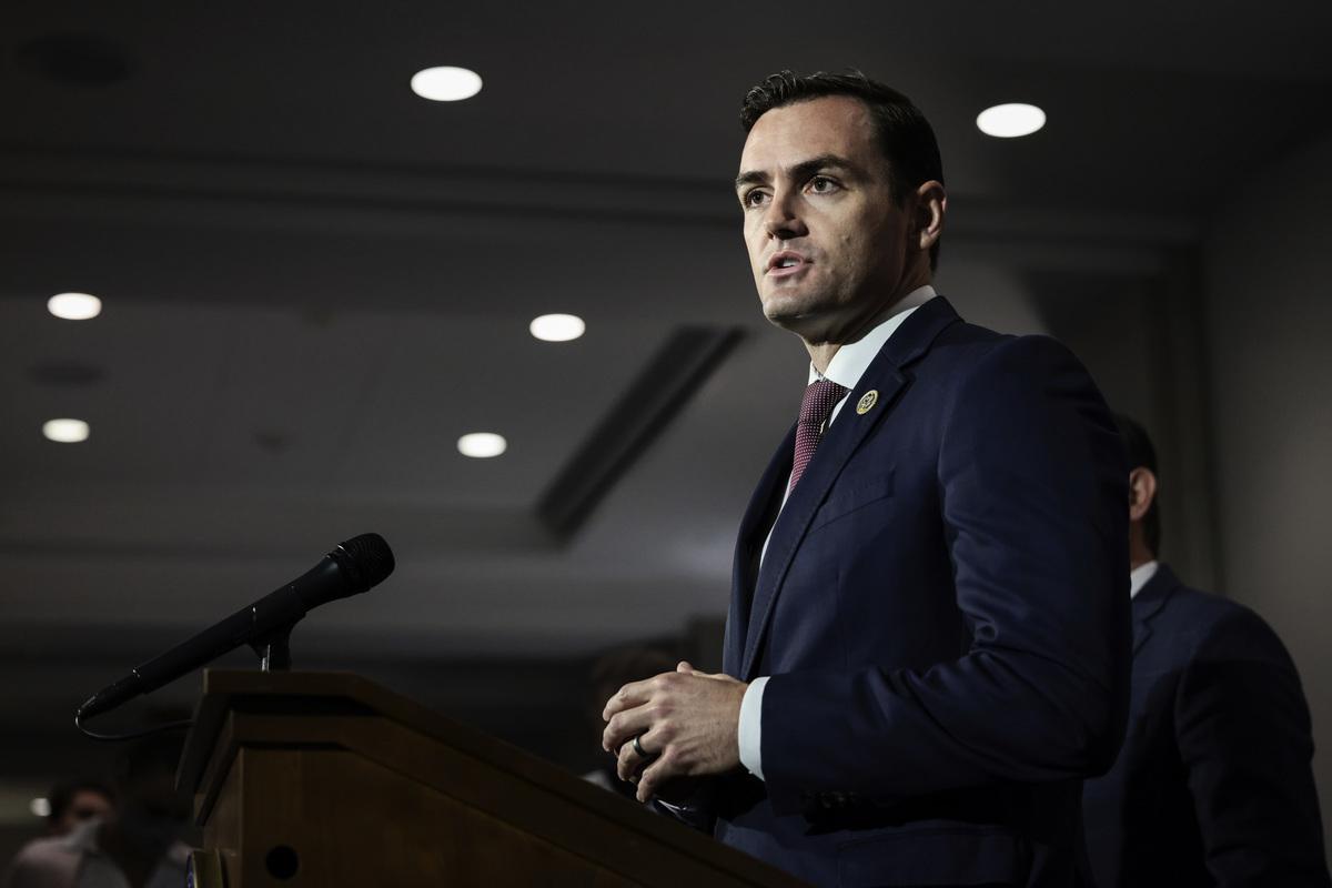 2021年9月21日,眾議員邁克·加拉格爾在眾議院共和黨核心小組會議結束後,對記者講話。 (Anna Moneymaker/Getty Images)