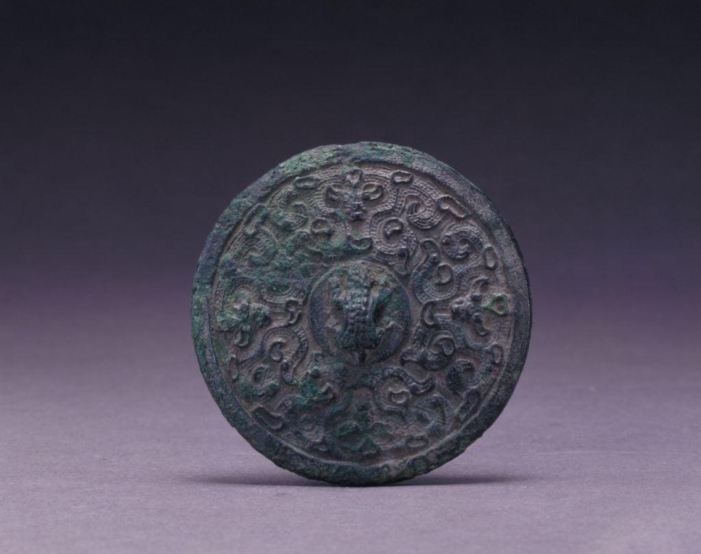 蛙紐螭紋銅陽燧,春秋早期青銅器具。(公有領域)