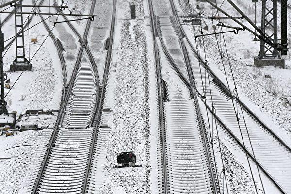 2021年2月8日,德國柏林,大雪影響交通,鐵軌被雪覆蓋。(TOBIAS SCHWARZ/AFP via Getty Images)