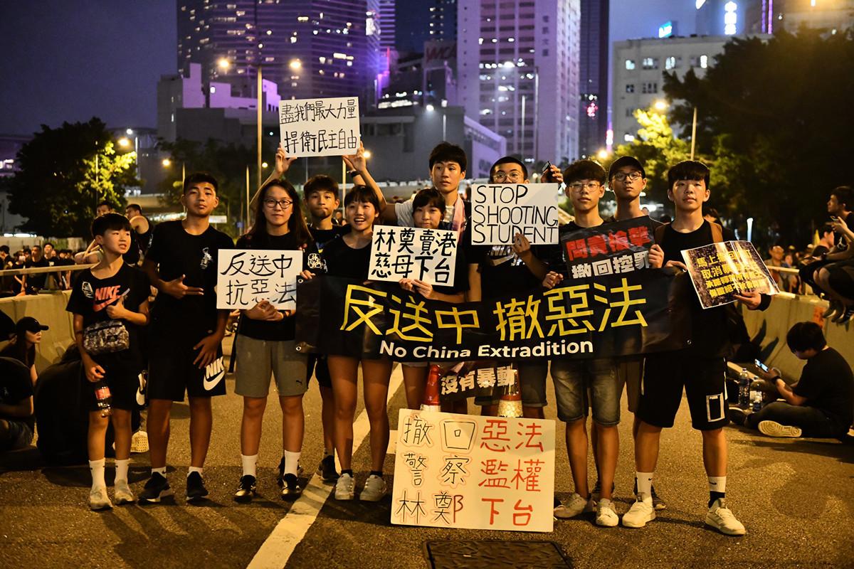 英國《金融時報》外交事務專欄作家拉契曼(Gideon Rachman)撰文說,香港和台灣也許能替未來一個更自由的中國守住希望,直到中國發生改變。圖為2019年6月16日,參加反送中遊行的年輕學生。(Carl Court/Getty Images)