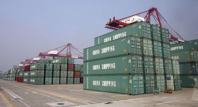 中國2月出口跌20.7%,股市應聲暴跌。圖為廣州南沙港碼頭的出口貨櫃。(法新社)