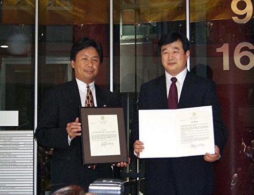 1999年6月25日,法輪功創始人李洪志先生在湯姆遜中心接受伊州州長、州長和芝加哥市長的褒獎。(明慧網)
