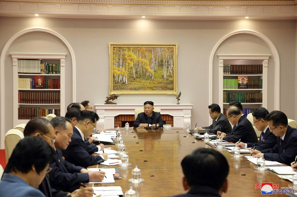 圖為2021年6月16日,金正恩在主持會議。(Photo by STR / KCNA VIA KNS / AFP)