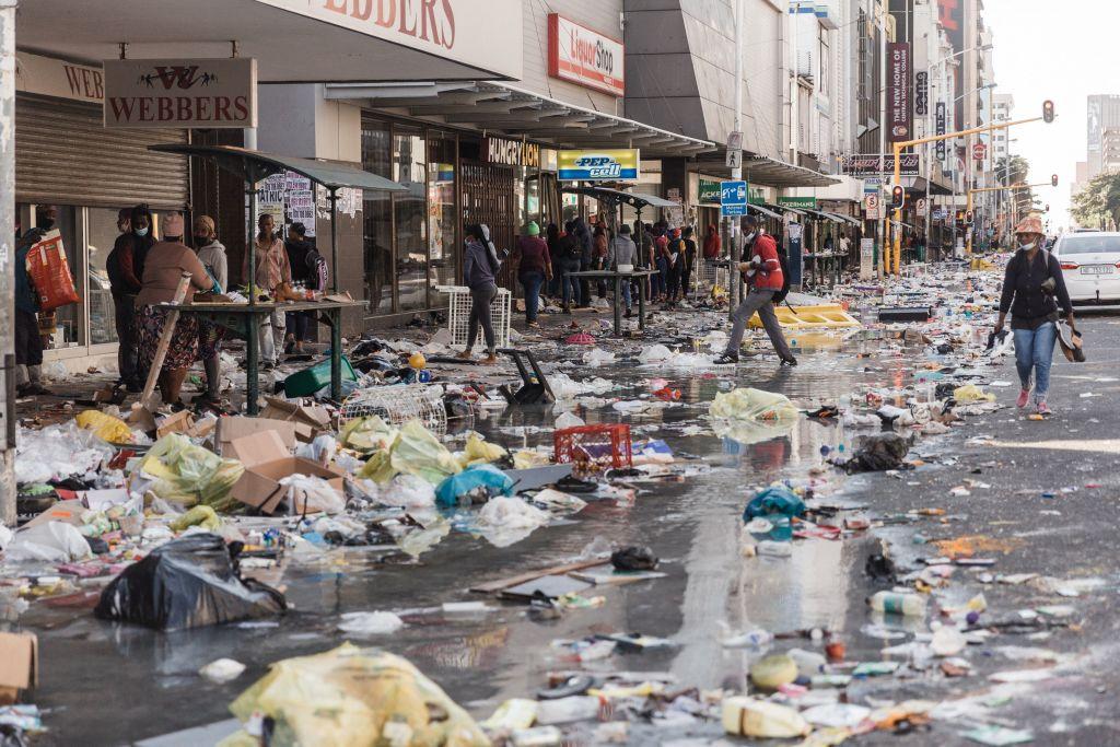 南非前總統祖馬上周四(7月8日)入獄後,誇祖魯-納塔爾(KwaZulu-Natal)省和豪登(Gauteng)省發生暴力事件。(RAJESH JANTILAL/AFP via Getty Images)