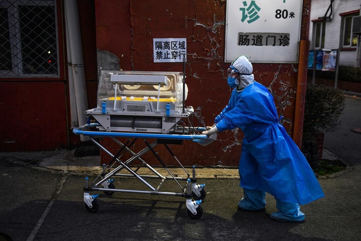 世界衛生組織(WHO)2月24日在北京舉行中共肺炎疫情簡報,介紹了世界衛生組織專家組成員前往武漢「了解冠狀病毒(中共病毒)的預防和控制措施」的情況;與會專家卻意外表示,自己沒有去任何醫院的「髒區」。(GREG BAKER/AFP via Getty Images)