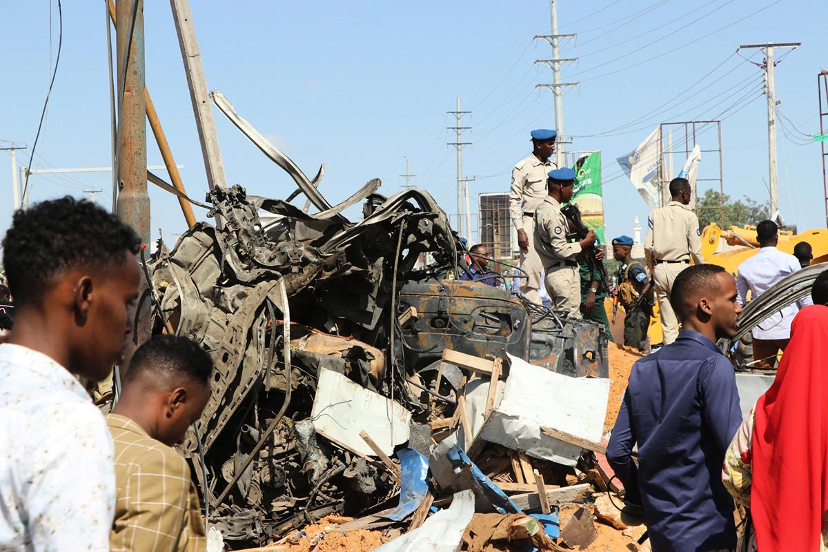 索馬里首都2019年12月28日發生汽車炸彈爆炸襲擊,造成大量人員傷亡。圖為爆炸後的場景。(Abdirazak Hussein FARAH/AFP)
