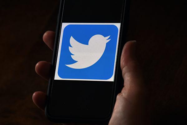 美國大選結果漸漸出爐,特朗普的推文卻再次遭到推特(Twitter)和面書(Facebook)審查。(OLIVIER DOULIERY/AFP via Getty Images)
