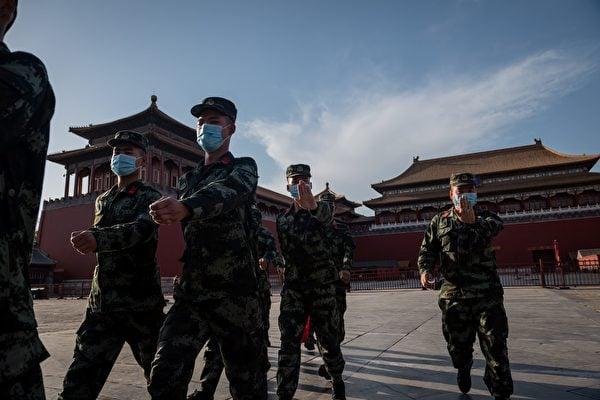 2020年5月19日中共兩會期間,士兵在天安門廣場。(NICOLAS ASFOURI/AFP via Getty Images)