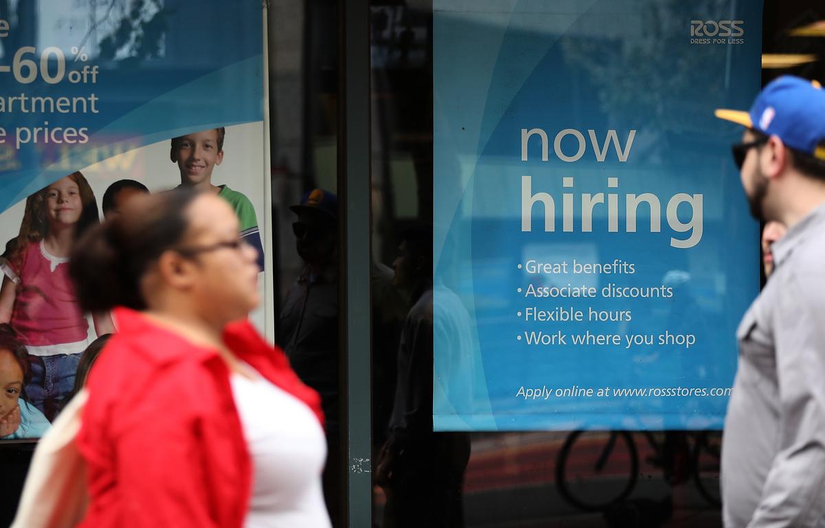 美國商家在門口貼上了招工廣告。(Justin Sullivan/Getty Images)