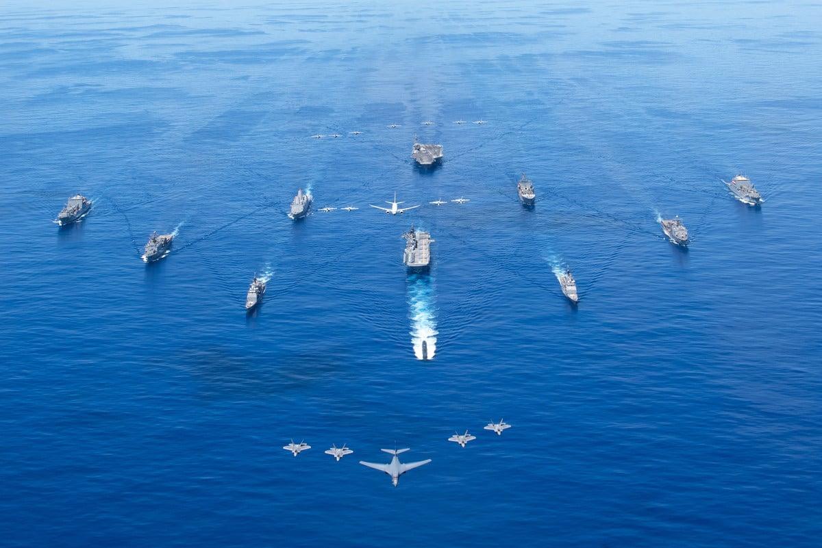 2020年9月25日,參加「勇敢之盾」(Valiant Shield)演習的美軍和各國軍艦,與F-22 戰鬥機、B-1B轟炸在菲律賓海編隊航行,超過11,000人和100多家飛機參加了此次演習。(美國海軍)