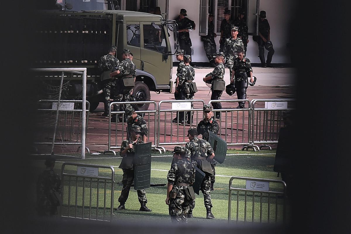 共軍於與香港僅一河之隔的深圳集結龐大的武裝力量。圖為中共解放軍9月7日於深圳灣體育場集結訓練。(STR/AFP/Getty Images)