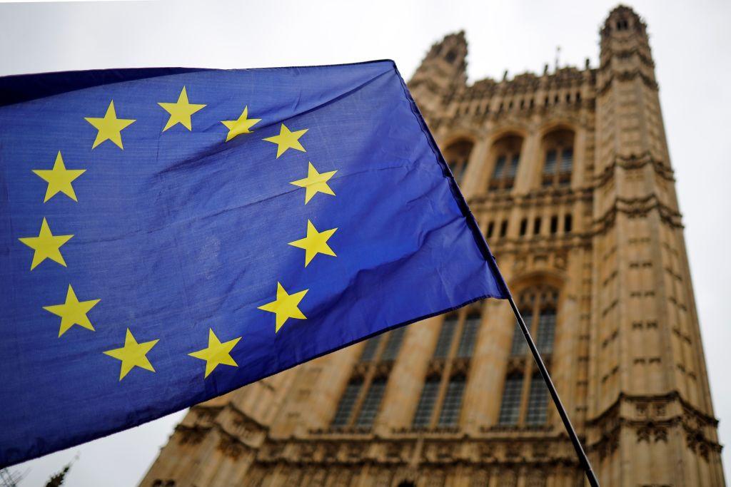 歐盟旗幟在倫敦議會大廈外飄揚,攝於2019年10月23日。(Photo by TOLGA AKMEN/AFP via Getty Images)