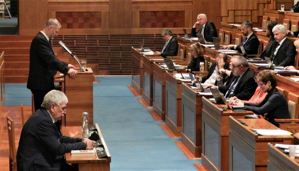 捷克參議員瓦茨拉夫‧哈洛博克(左站立者)在參議院發言,支持決議案。(明慧網)