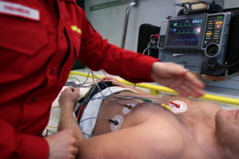 傳統的心電圖檢查必須在病人身上貼上電極貼片,才能測量出數據,而新型的雷達技術則在不接觸患者的情況下進行監控。(Pixabay)