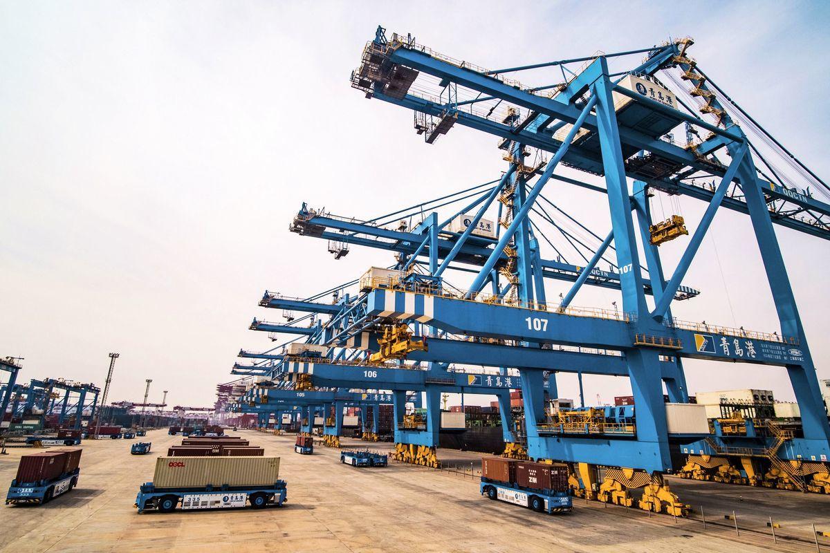 美國經濟學家佩蒂斯(Michael Pettis)表示,中國的GDP增長率可能只有中共官方數據的一半。圖為2019年3月8日,山東省青島市的港口一景。(STR/AFP/Getty Images)