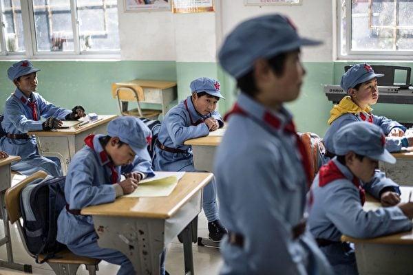 截至2019年5月,中國「紅軍小學」數量已達300所,被指用於洗腦。圖為安徽省一所「紅軍小學」,學生們正在上課。(AFP)