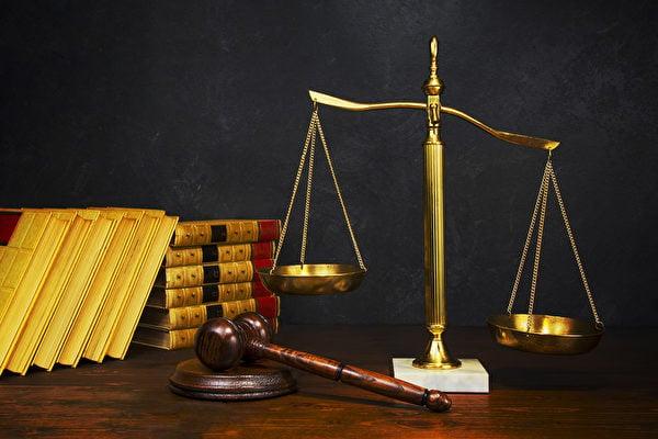 律師為法輪功學員賈秀花作有理有據的無罪辯護,法官和公訴人都靜靜地聽著,法庭鴉雀無聲。示意圖法槌和天秤。(Fotolia)