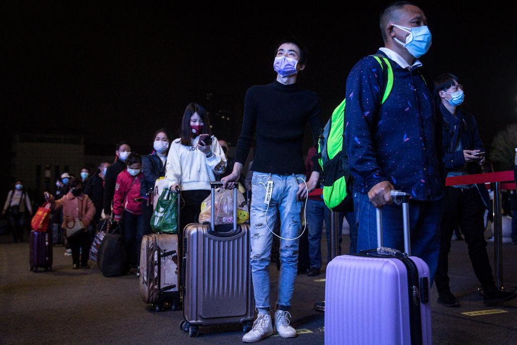 武漢解封,等待上火車的乘客。 (Photo by Getty Images)