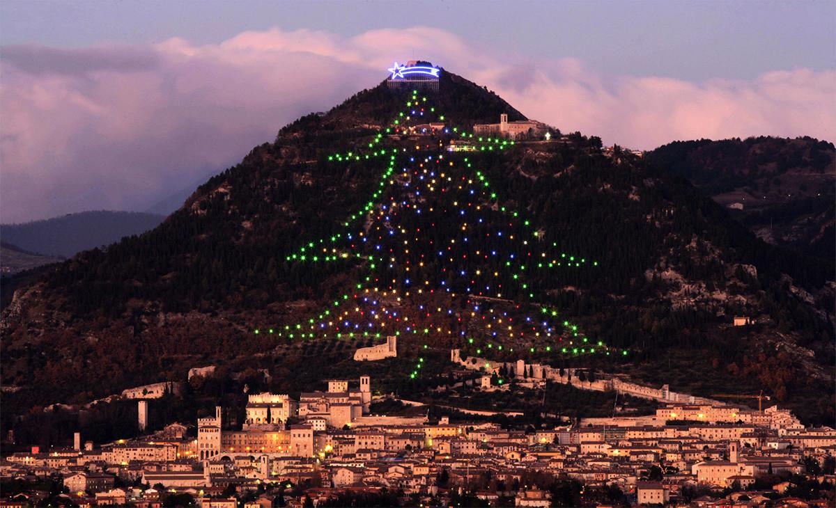 全球最大的聖誕樹位於意大利城鎮古比奧(Gubbio)。圖為2006年12月11日,這棵聖誕樹的景象。(Paolo TOSTI/AFP via Getty Images)