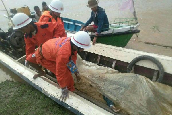 緬甸一艘超載的渡輪上周六(15日)發翻傾覆意外,目前已知25人死亡,緬甸地方官員表示,死亡人數恐達100人。(AFP PHOTO)