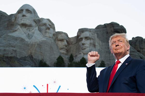 圖為7月3日,特朗普在總統山發表講話。(Photo by SAUL LOEB / AFP)