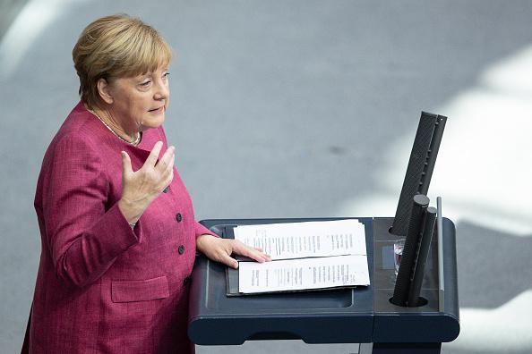 德國總理默克爾2020年9月30日在國會上發言時,罕見對中共踐踏人權提出明確批評。(Maja Hitij/Getty Images)