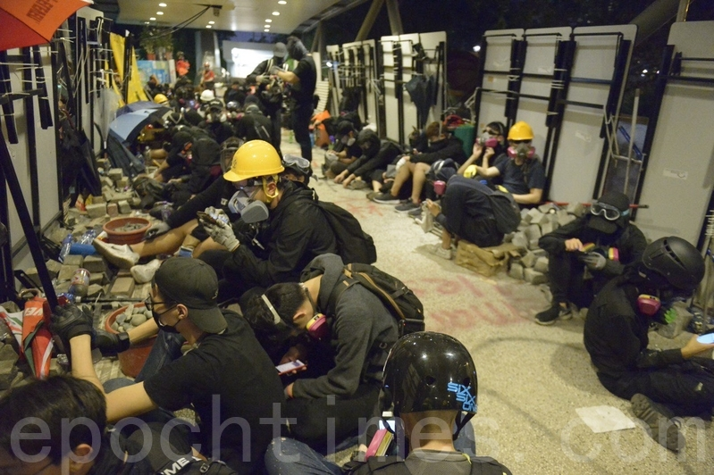 2019年11月12日,香港繼續「三罷」行動。今早,警察不斷向香港城市大學宿舍發射催淚彈,多次進入城大。夜晚,城大學生抗爭抵擋港警進入。(余天祐/大紀元)