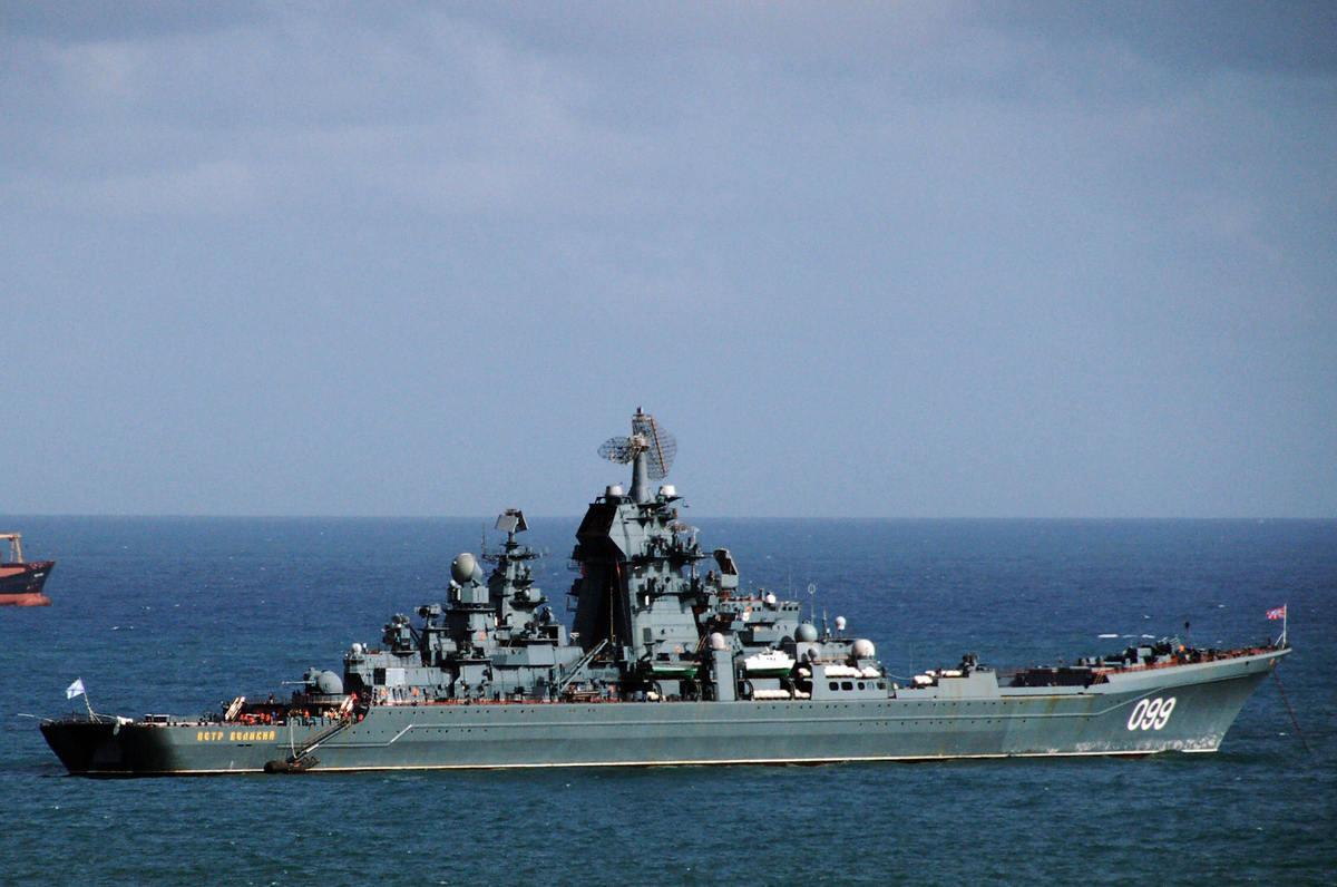 2008年11月25日,俄羅斯的基洛夫級核動力巡洋艦彼得.維利基號(Pyotr Veliky)在委內瑞拉的拉瓜伊拉港附近。(Rafael Moreno/AFP via Getty Images)