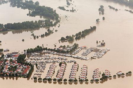 豪雨過後,7月16日,臨近馬士河的荷蘭林堡省市鎮Roermond附近,變成一片水鄉澤國。(Cris Toala Olivares/Getty Images)